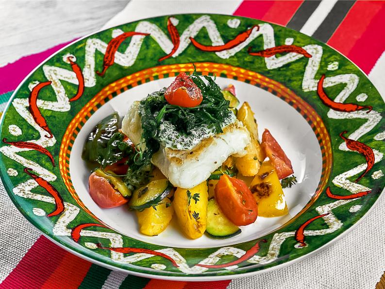 Треска с гарниром из овощей, тушенных с тимьяном