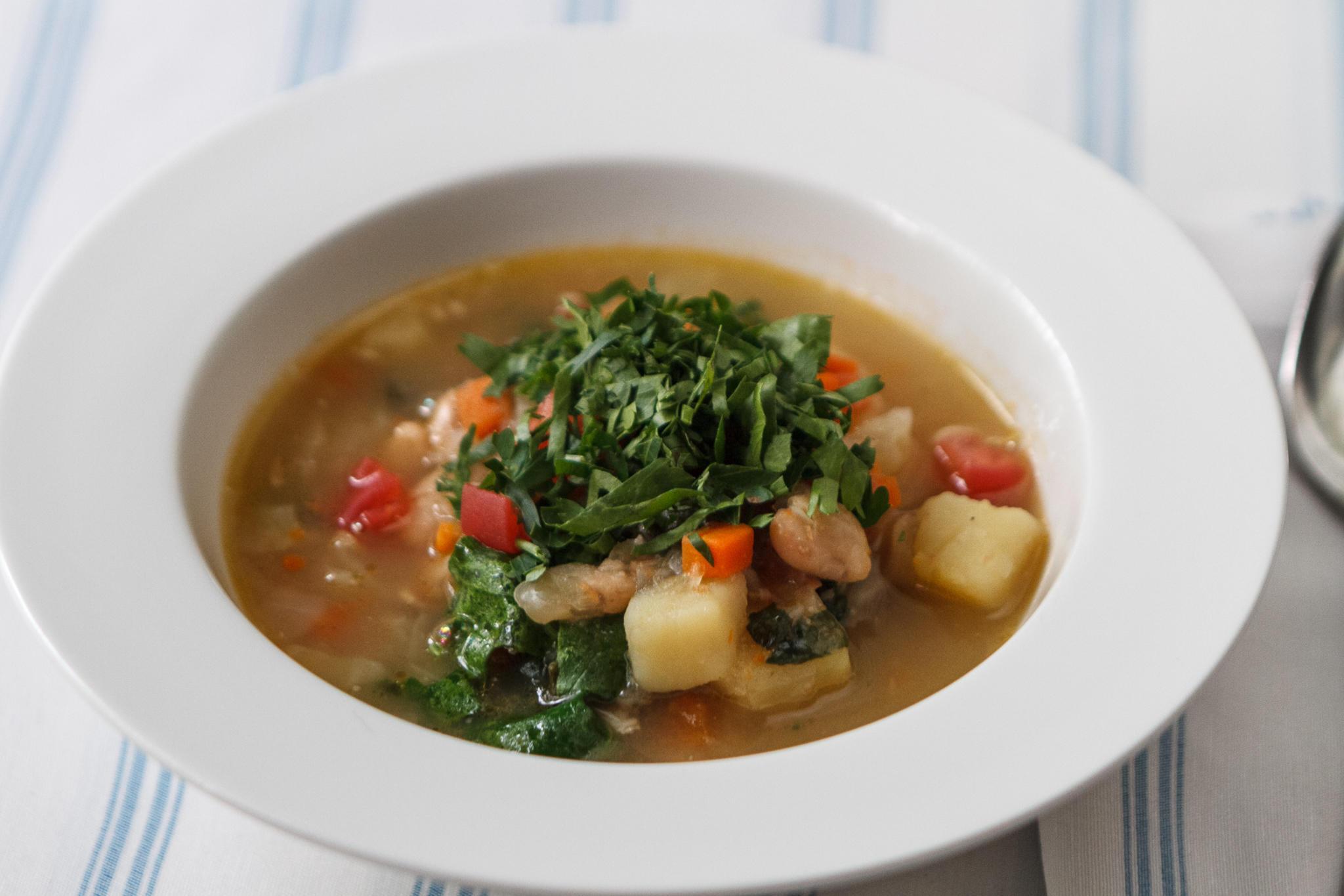 Фасолевый суп с капустой и телячьими рёбрами