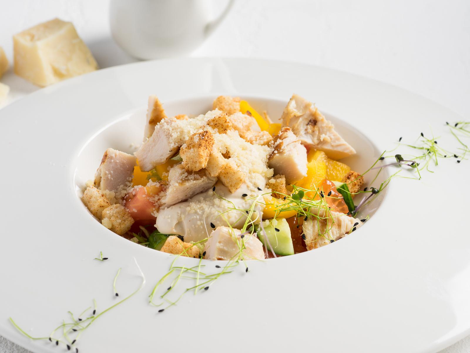Салат с куриной грудкой, обжаренной на гриле