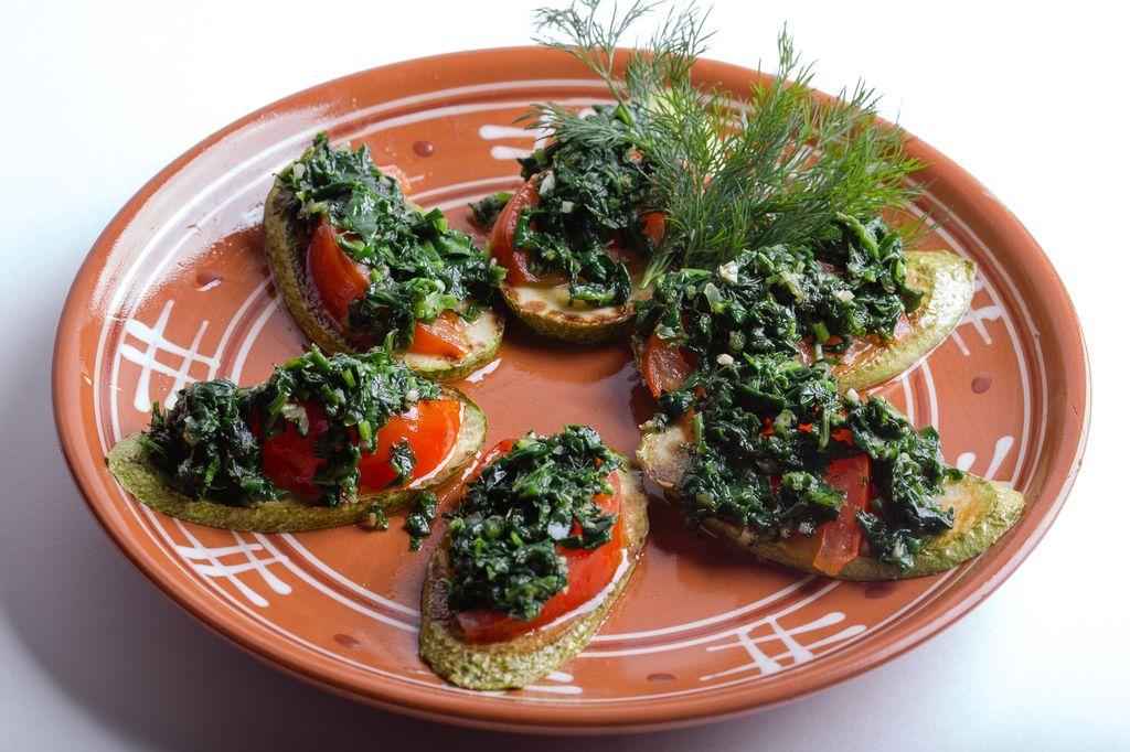 Кабачки, жареные с помидорами и зеленью
