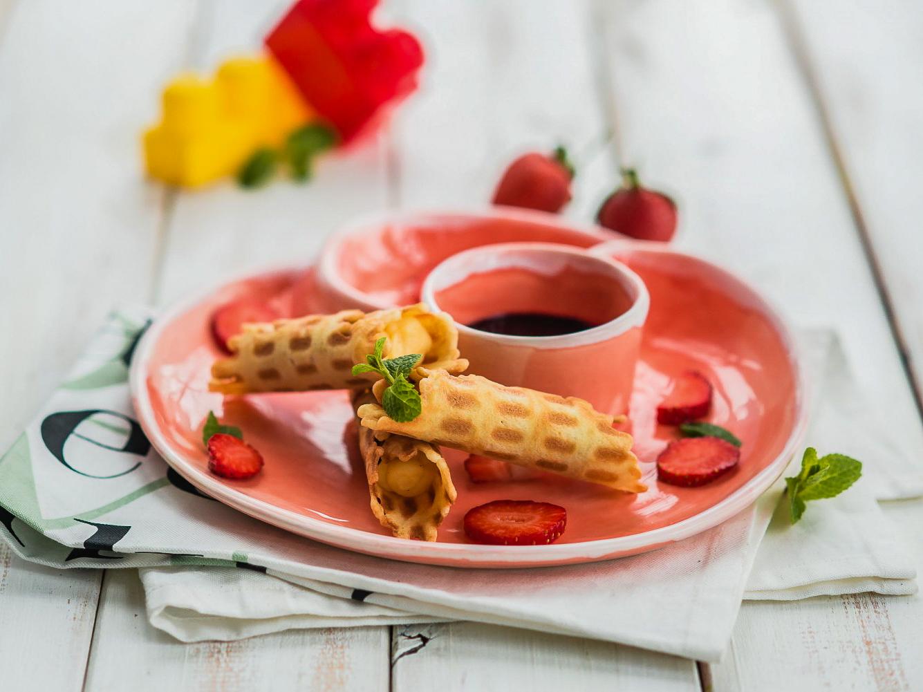 Сладкая вафелька с малиновым джемом