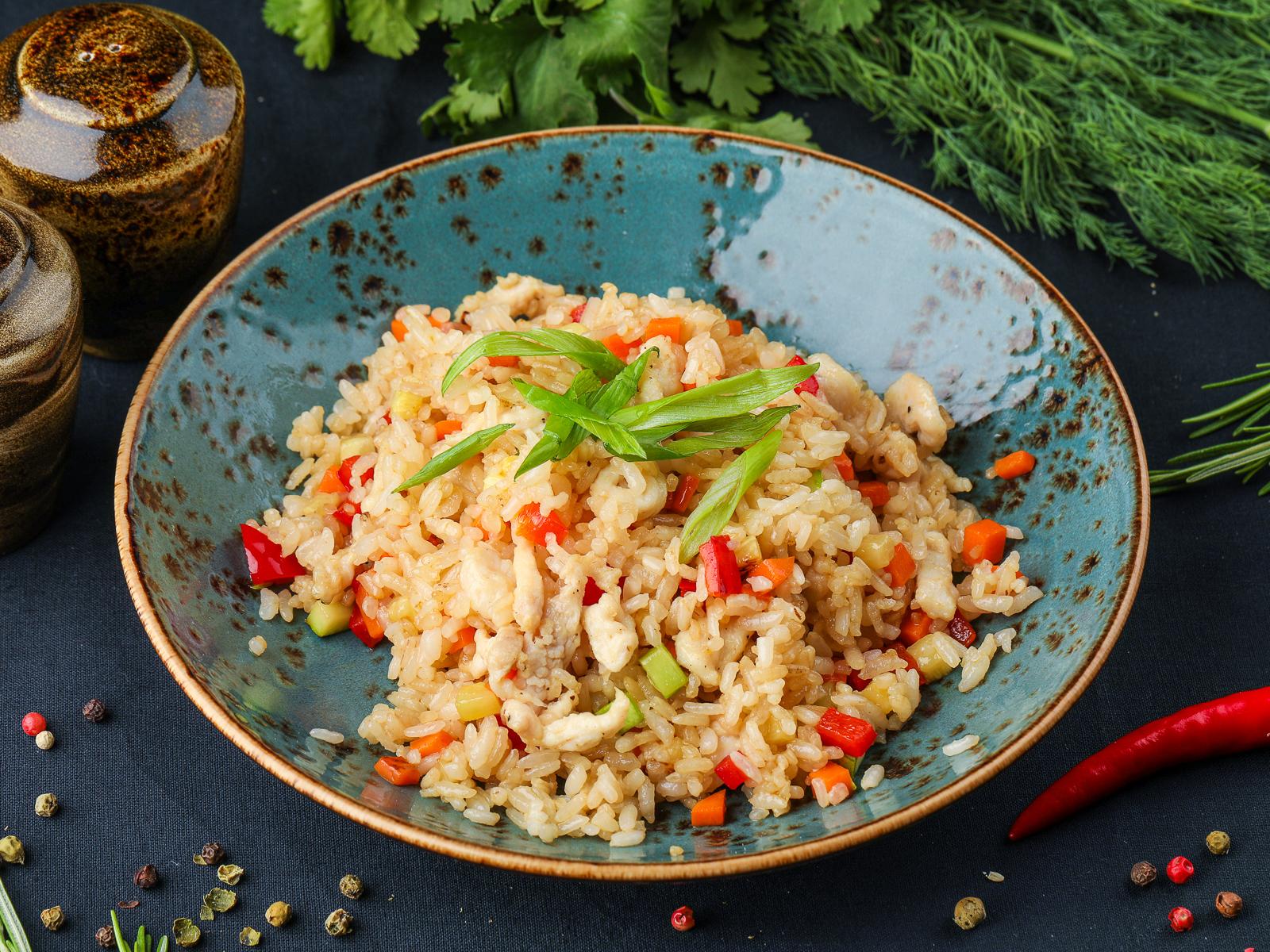 Жареный рис с куриной грудкой