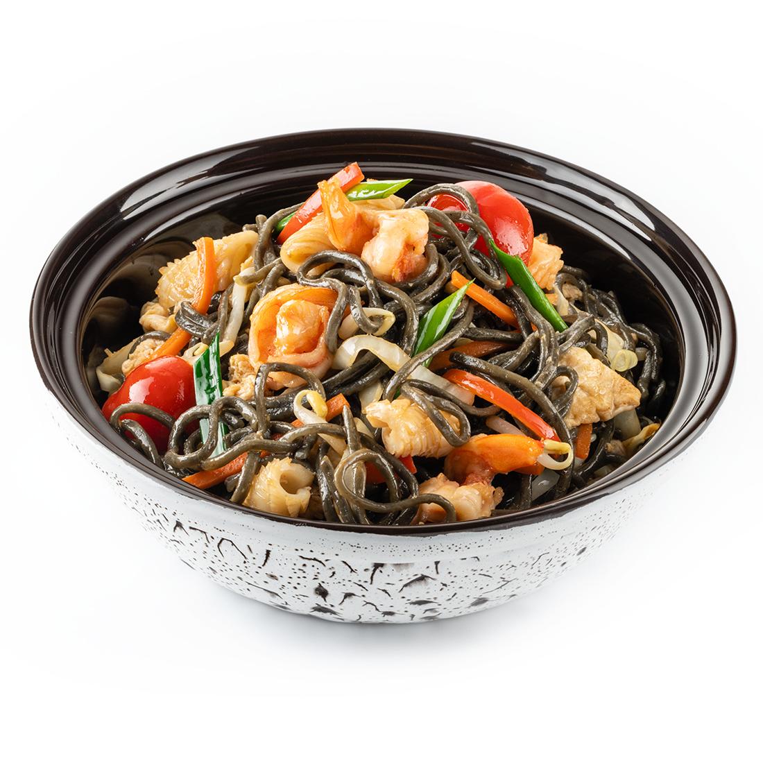 Черный рамен с морепродуктами в сингапурском стиле