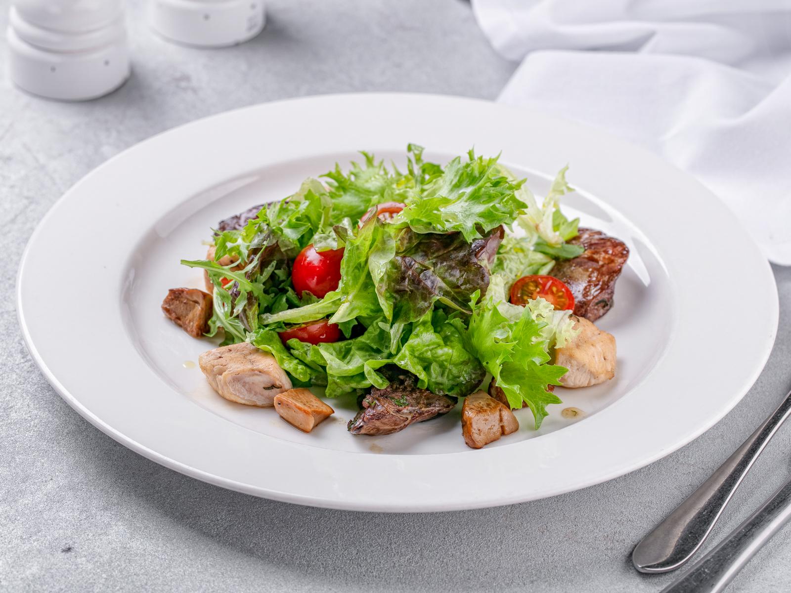 Салат с курицей и потрошками