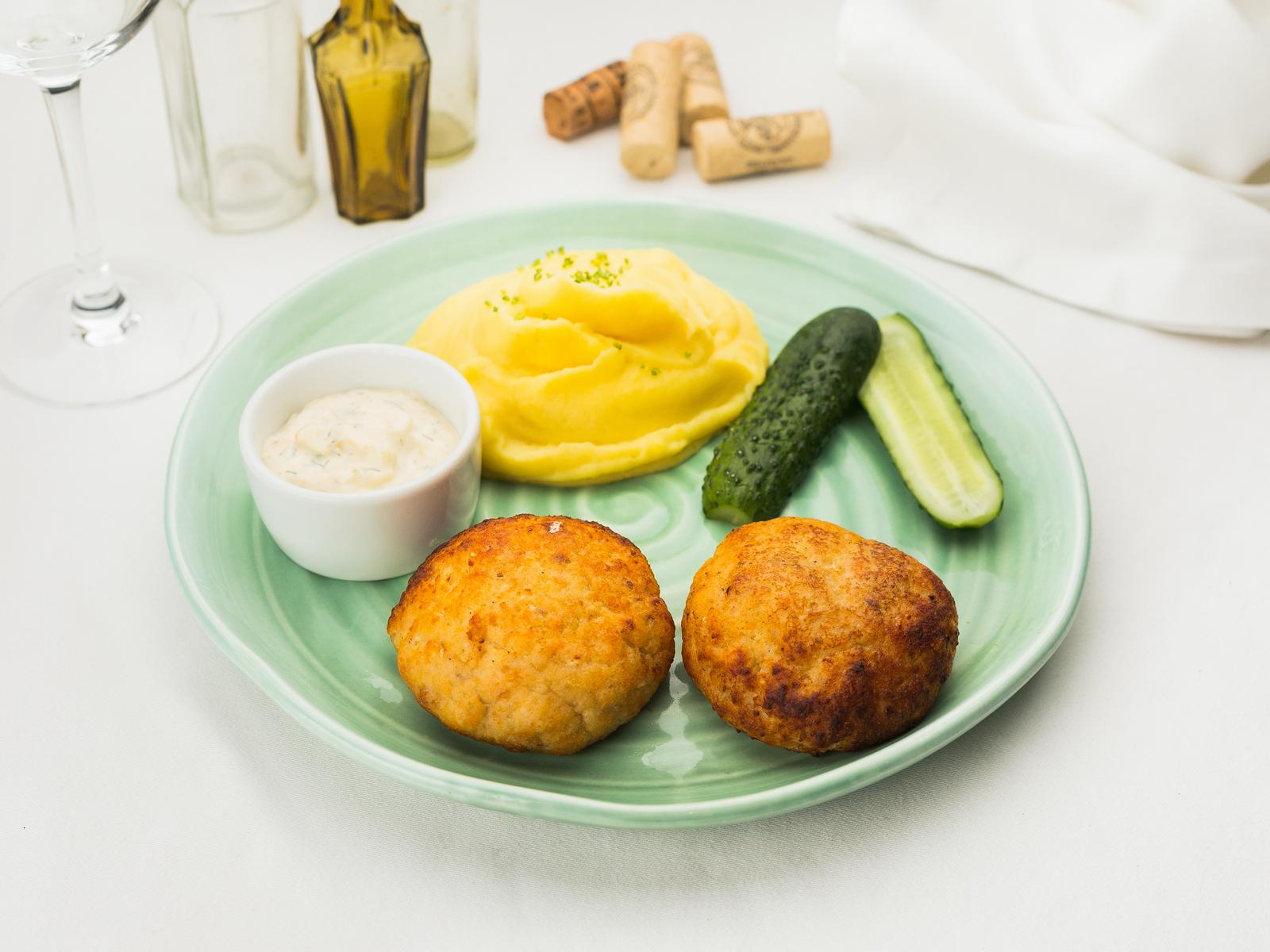 Рыбные домашние котлеты с соусом тартар и картофельным пюре