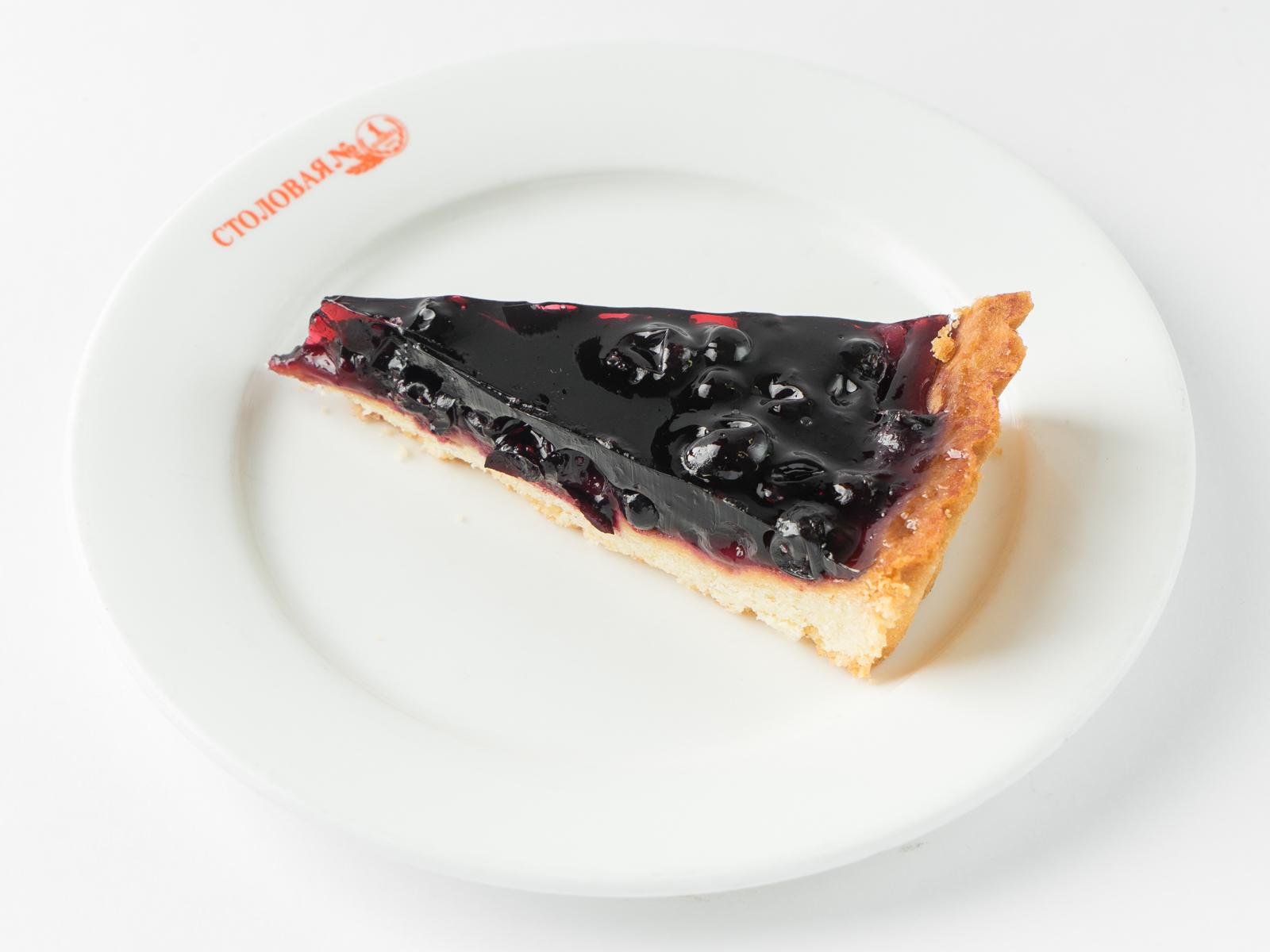 Пирог открытый с чёрной смородиной