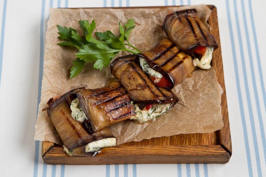 Рулетики из баклажанов с мягким сыром и помидорами