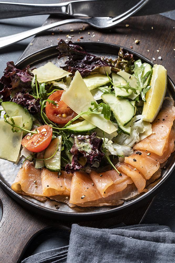 Салат с копченым лососем и пармезаном