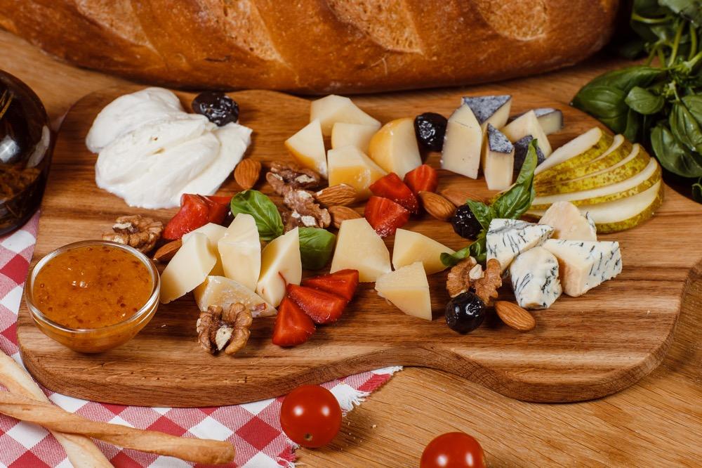 Пармезан, Моцарелла, Качокавалло, Скаморца, соус Мостарда, фрукты, орехи