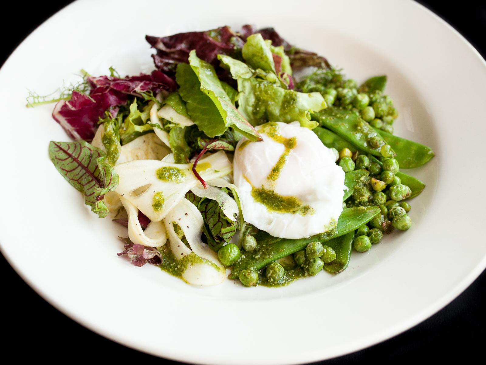 Зеленый горошек, фенхель и яйцо пашот