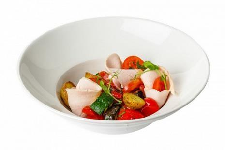 Салат с картофелем, индейкой и теплыми овощами гриль