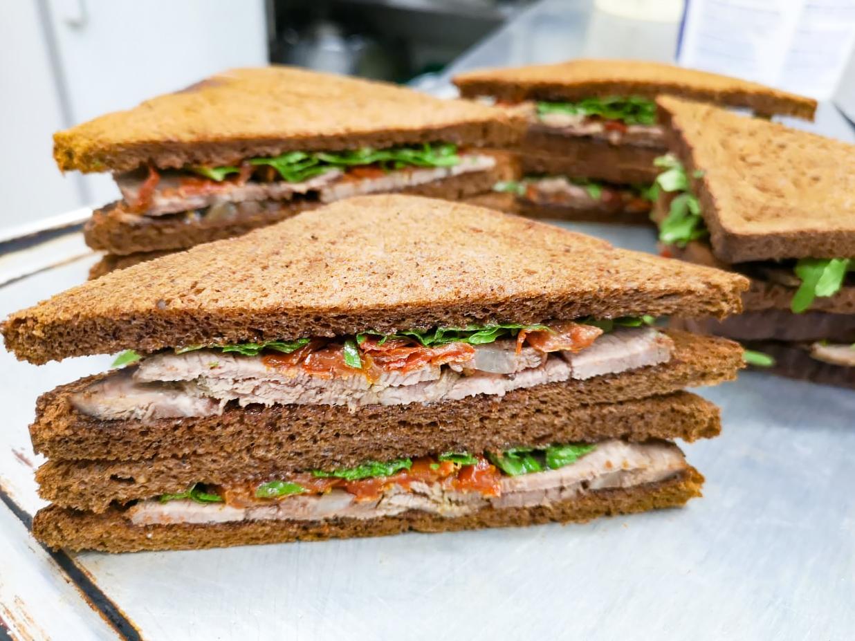Сэндвич Панини с мясом и вялеными томатами
