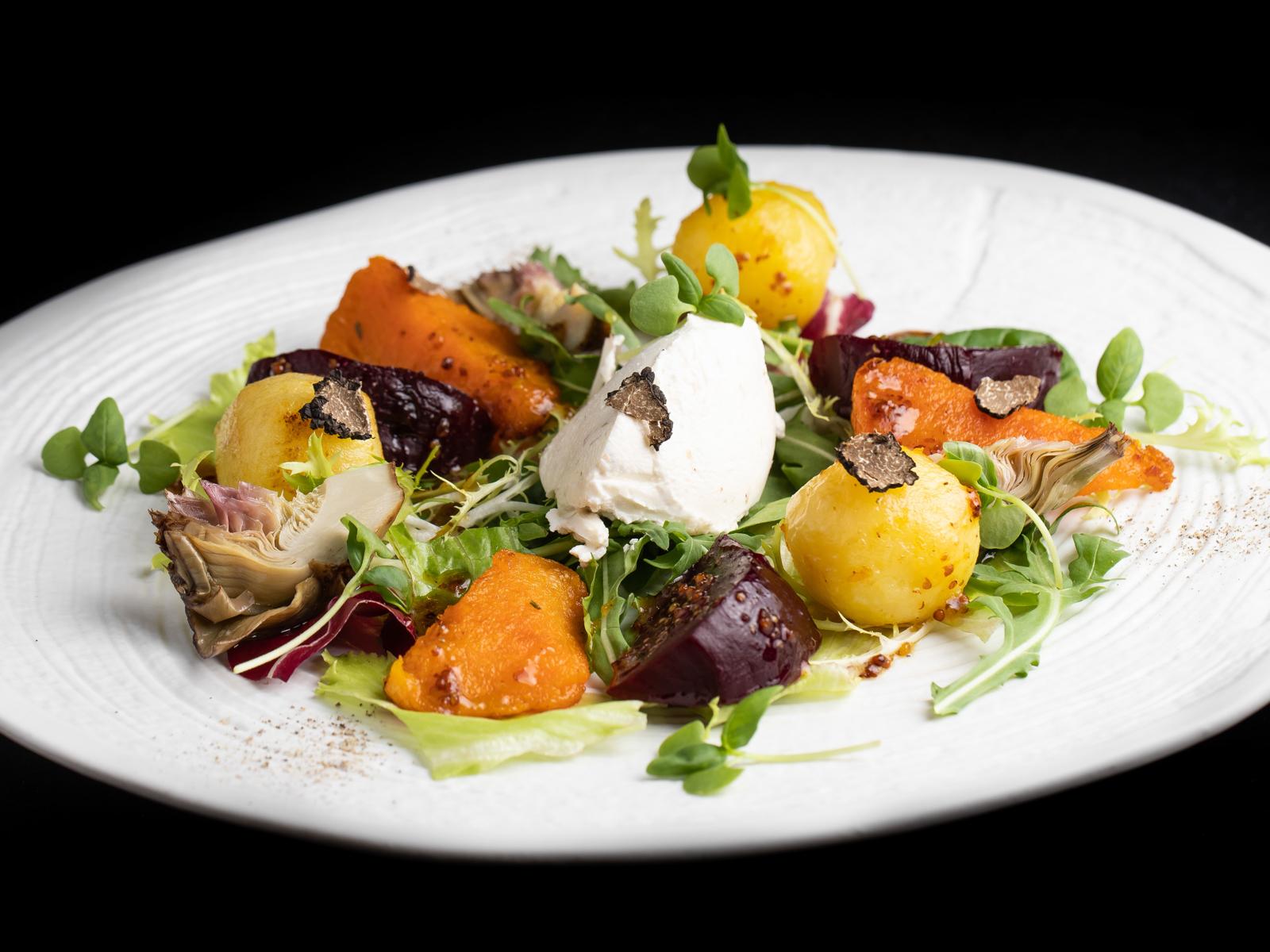 Салат из запеченной тыквы и овощей