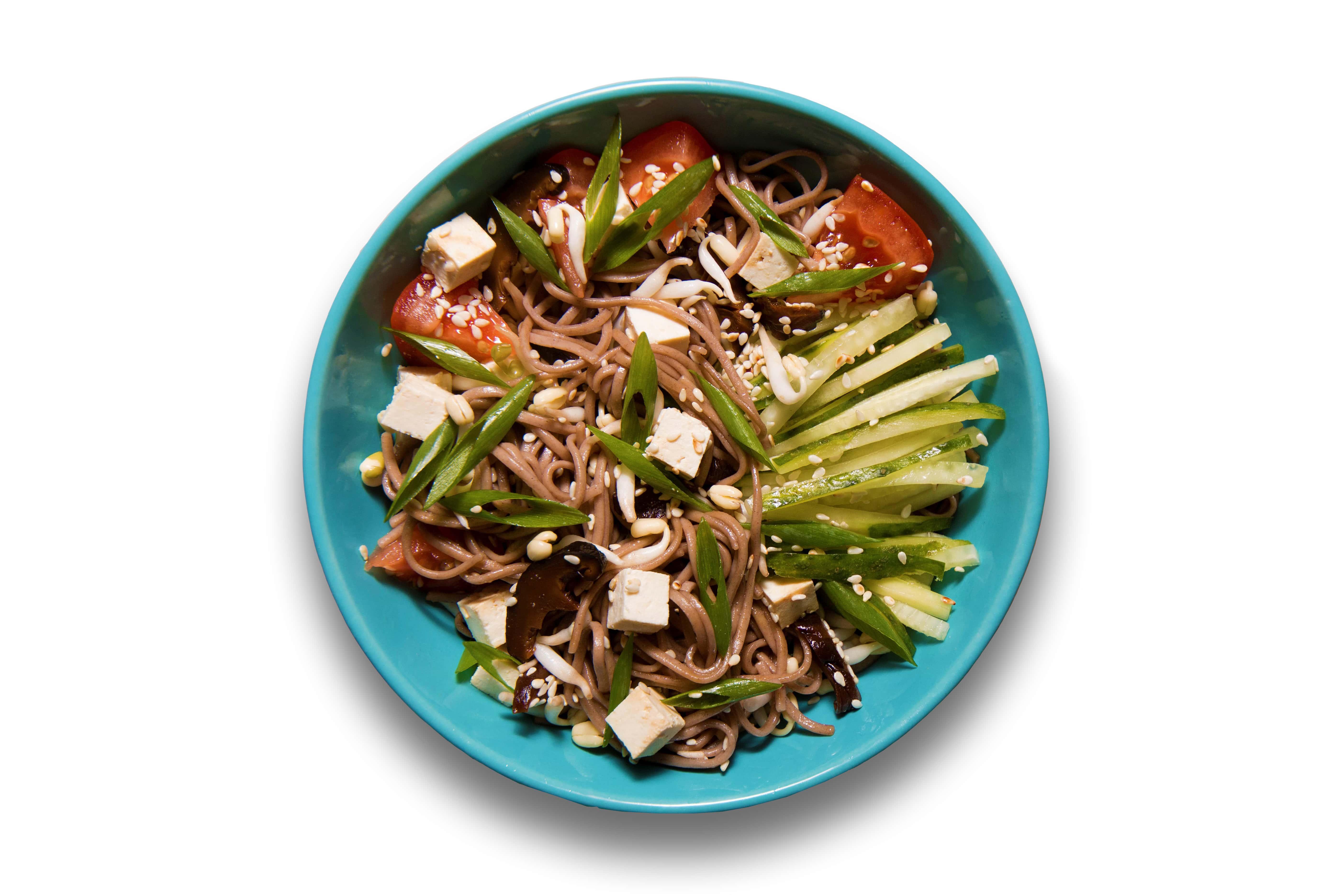 Холодный салат с тофу, гречневой лапшой и овощами
