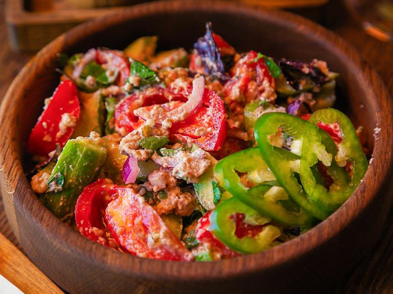 Салат овощной с орехами