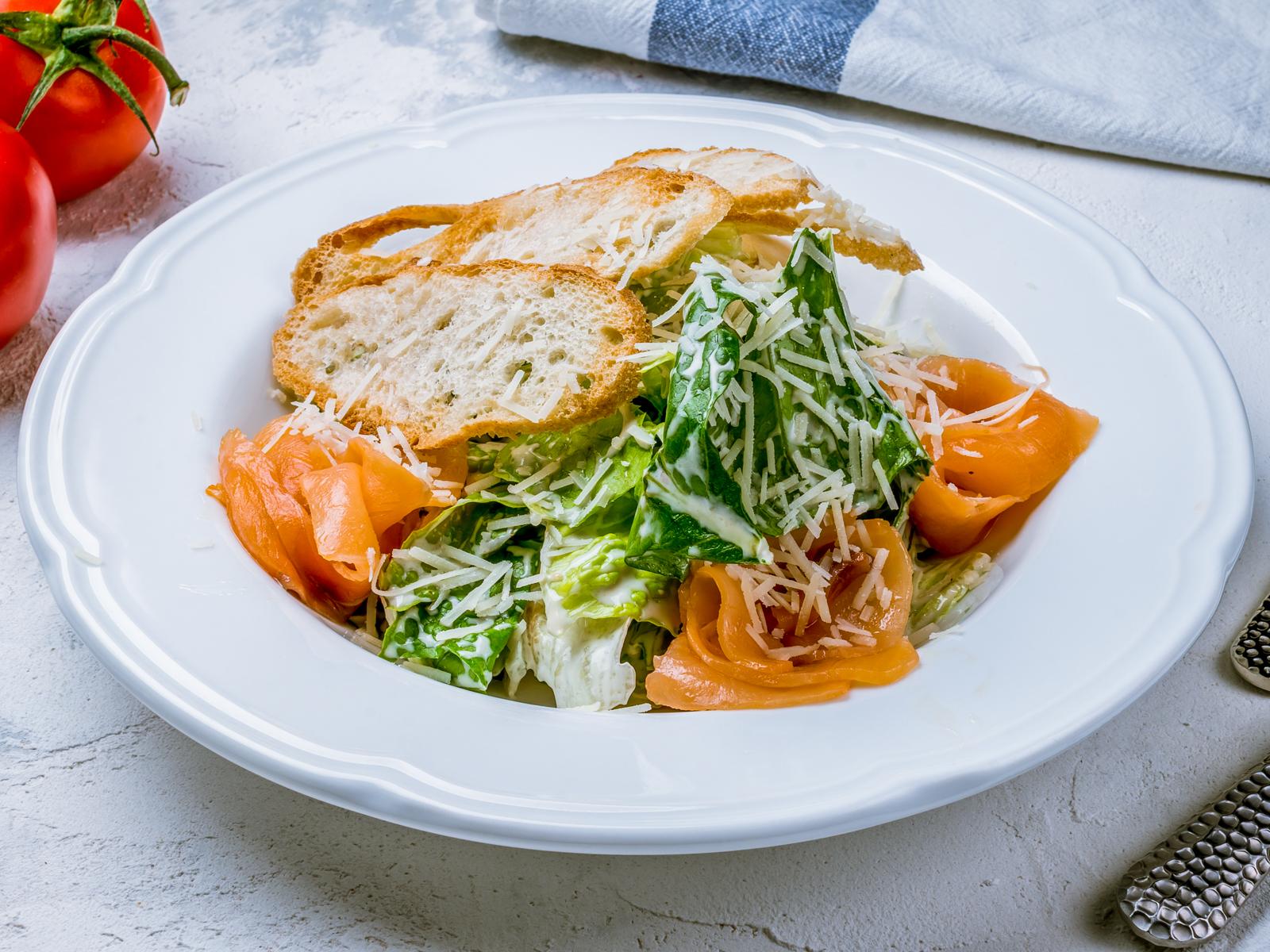 Салат с семгой и яйцом-пашот