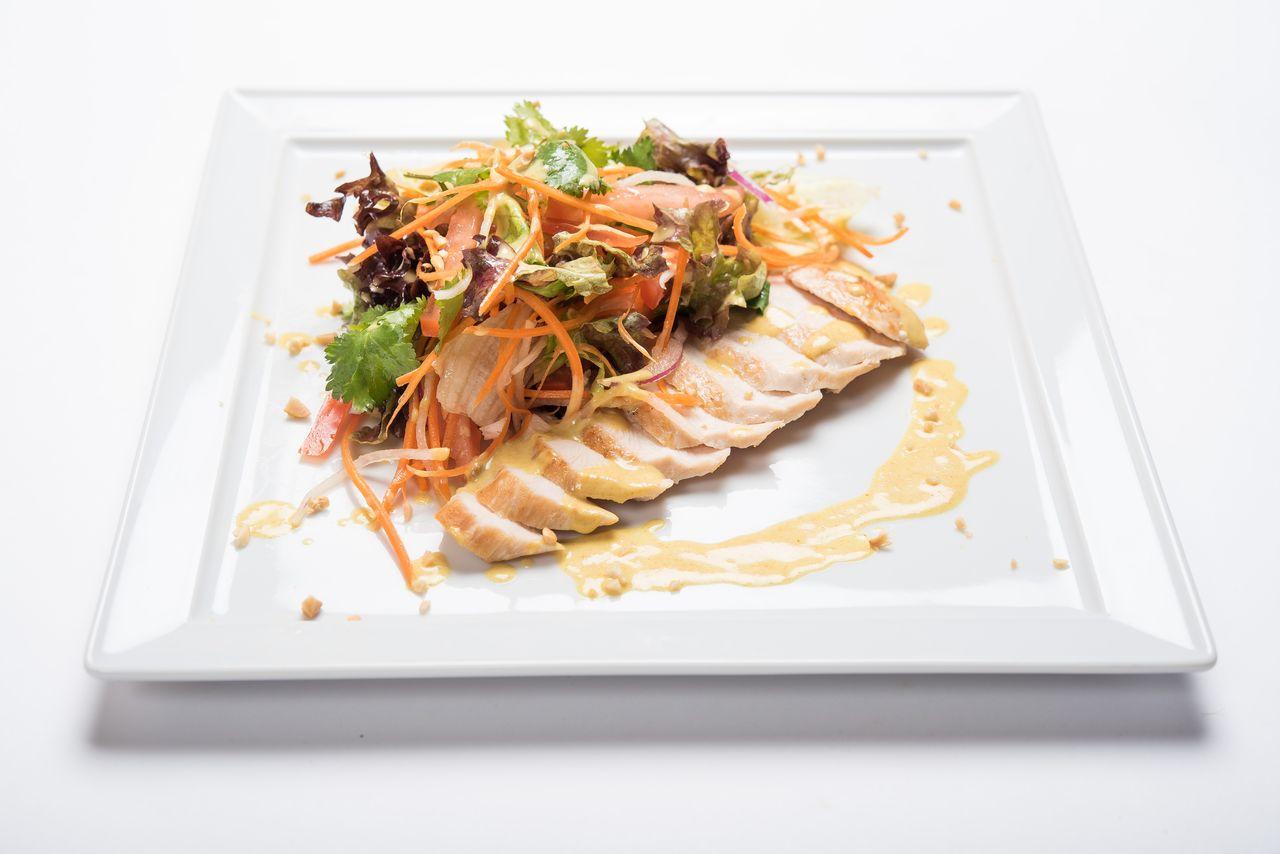 Салат с цыпленком карри