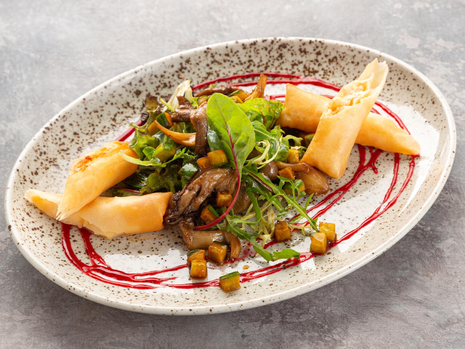 Микс-салат с вешенками и теплым роллом с креветками