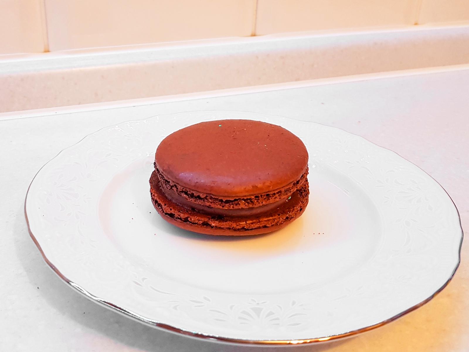 Пирожное Макаруны со вкусом шоколада