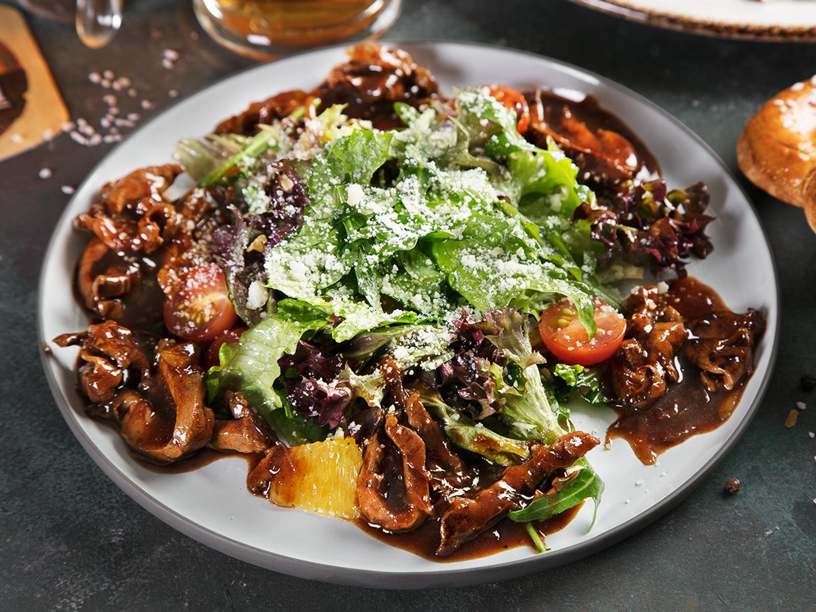 Салат с телячьей печенью