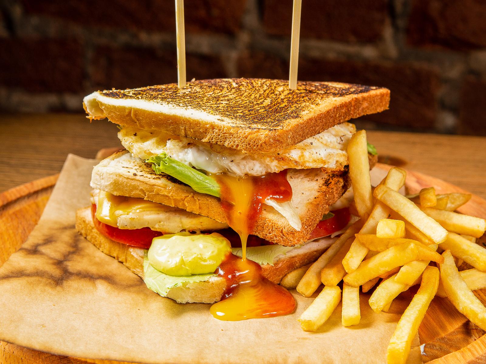 Клаб-сэндвич с куриным филе и картофелем фри