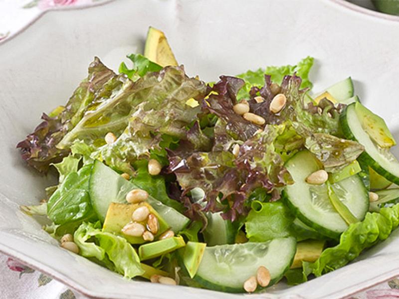 Салат с авокадо и кедровым орехом с песто из базилика