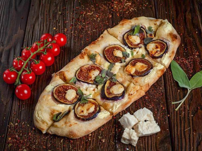 Пиццони с инжиром и козьим сыром