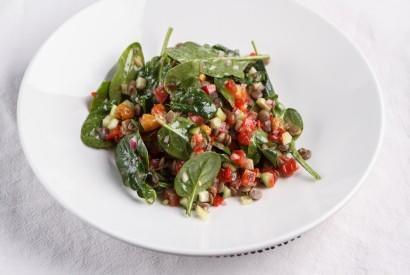 Салат из шпината, с чечевицей и тартаром из огурцов