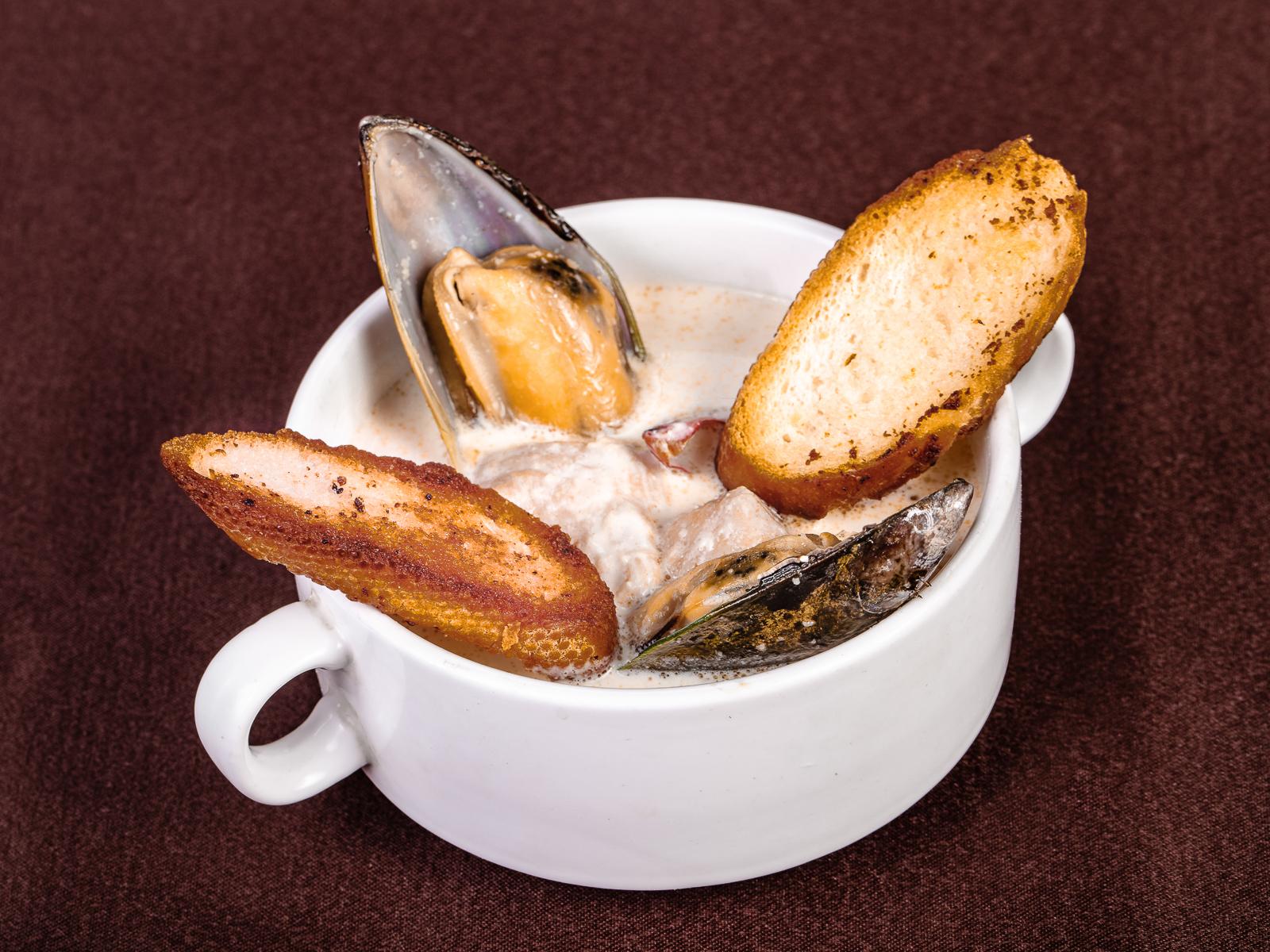Норвежский сливочный суп с семгой и креветками