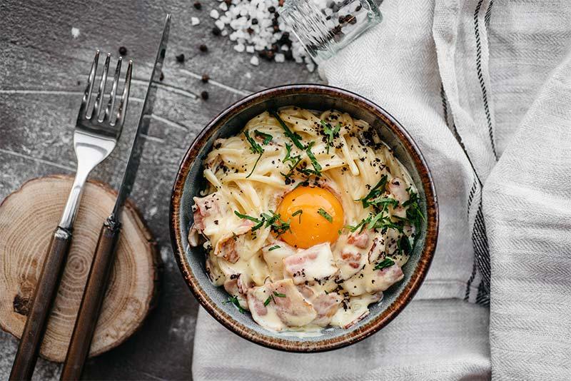 Спагетти Карбонара с беконом, сливочным соусом и яцом