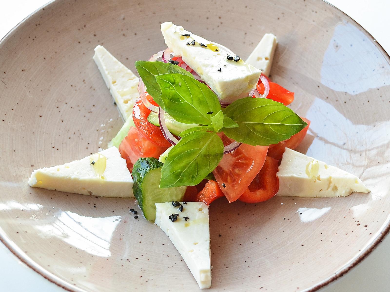 Салат из овощей с молодым сыром
