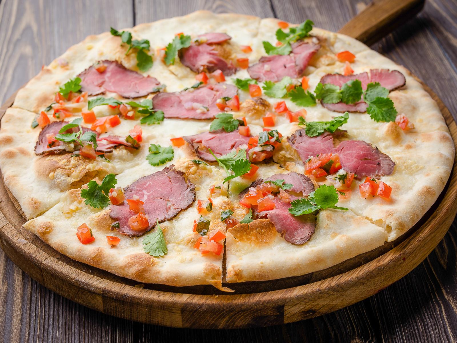 Пицца с ростбифом и сальсой