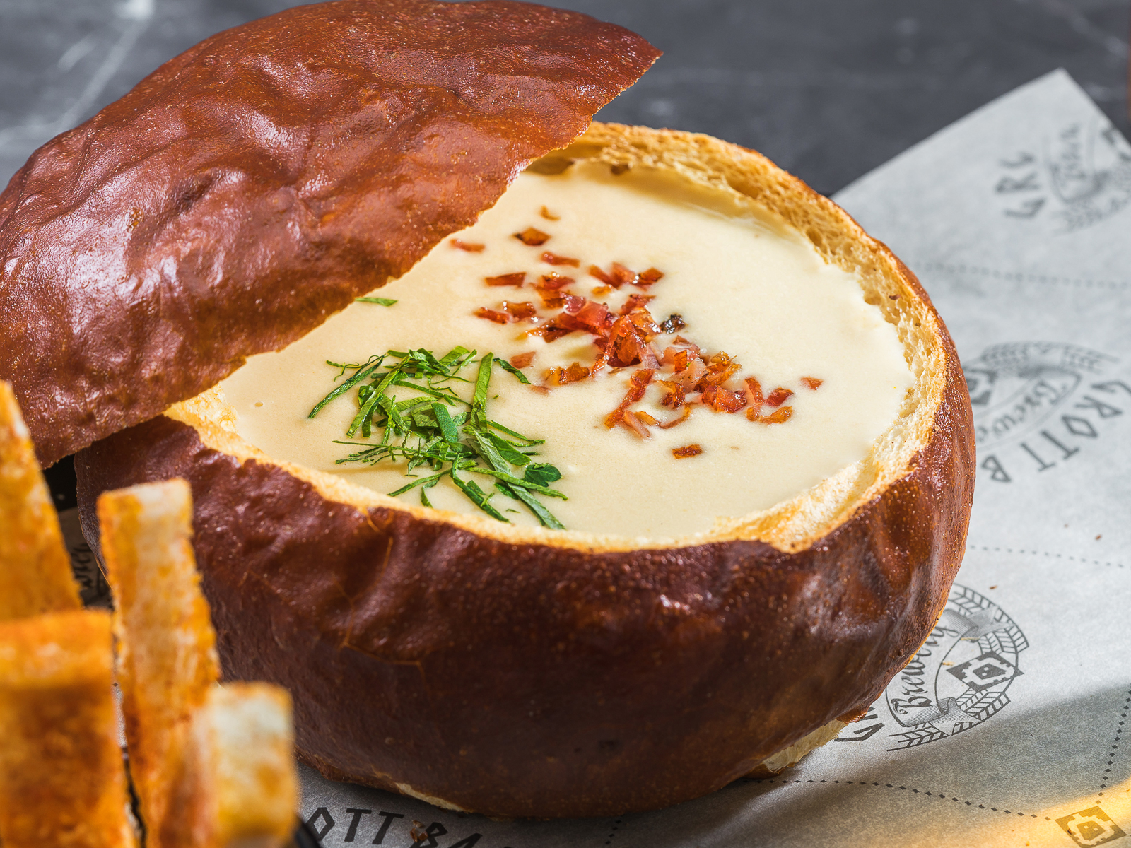Сырный крем-суп в брецелевом хлебе