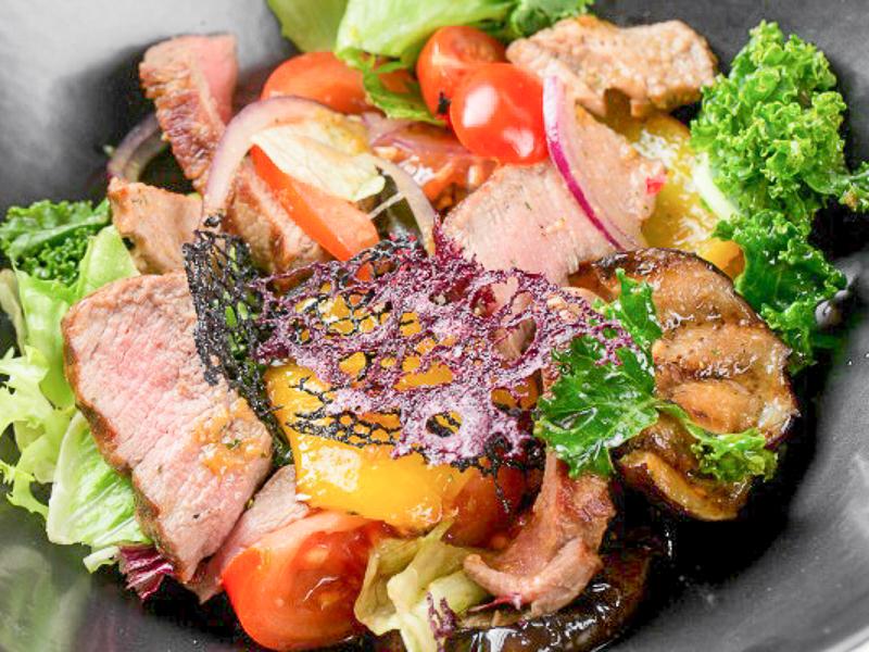Теплый гриль-салат с говядиной и овощами