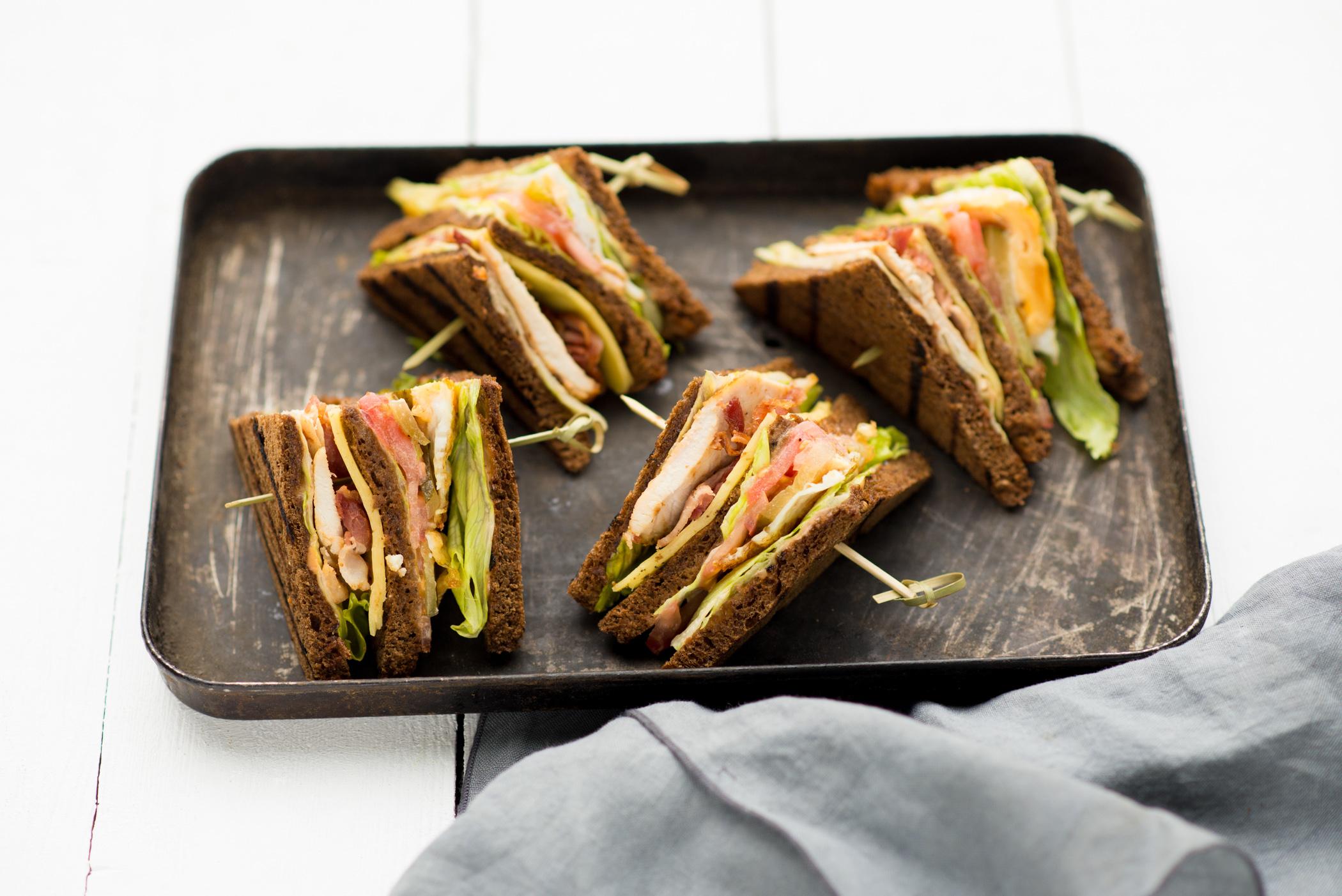 Американский сэндвич на черном хлебе
