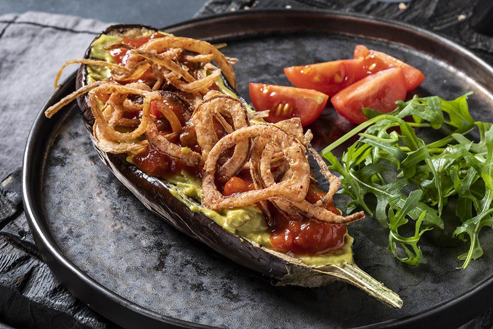 Баклажан гриль с чипсами из лука и мексиканской сальсой