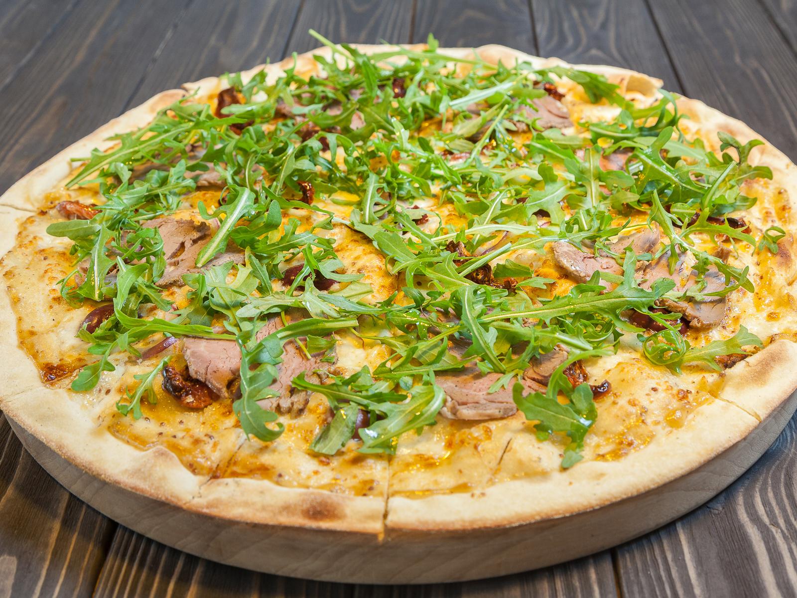 Пицца с ростбифом, оливками каламата и горчичным соусом