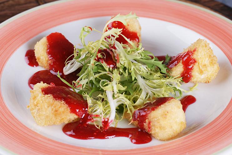 Жареный камамбер с ягодным соусом