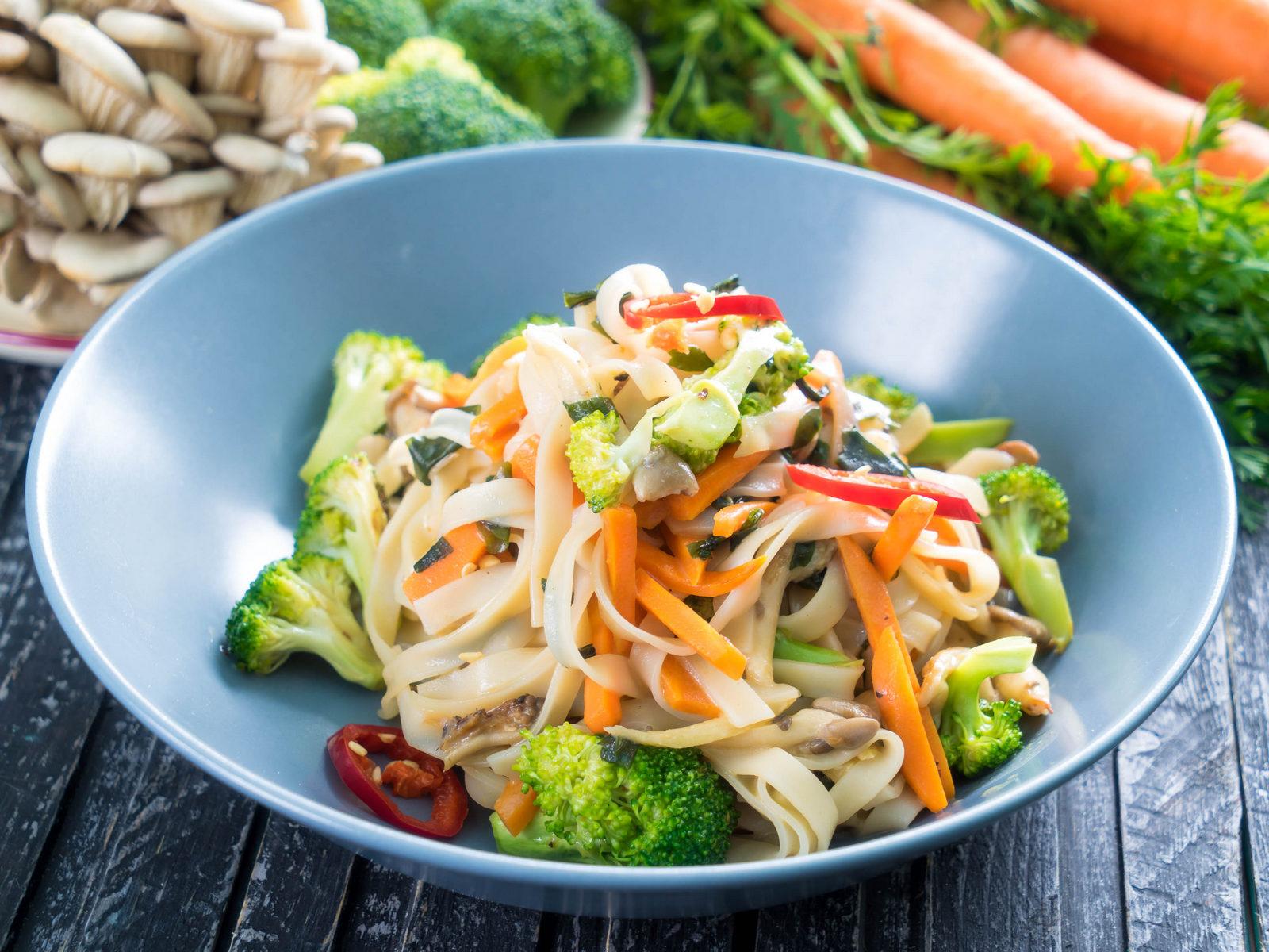 Рисовая лапша с овощами и соусом карри