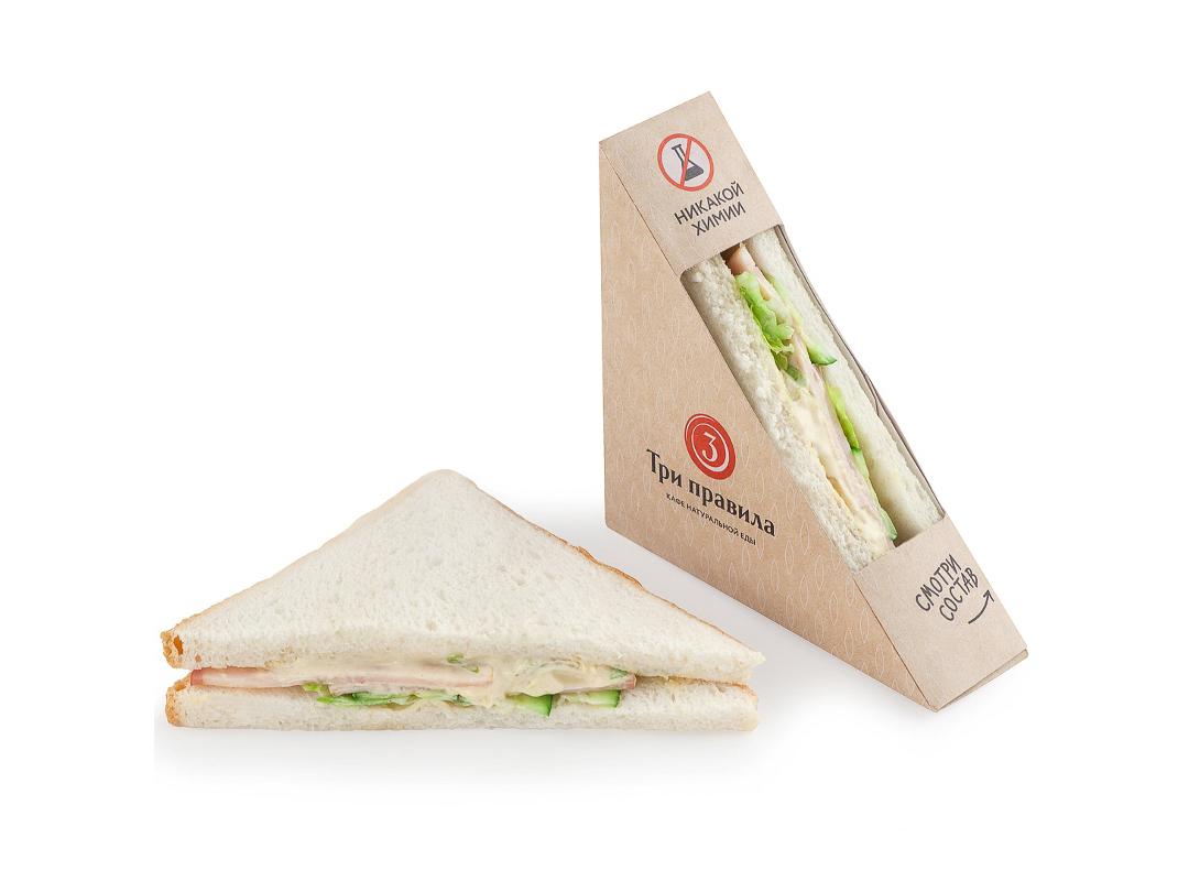 Сэндвич с куриным рулетом и огурцами