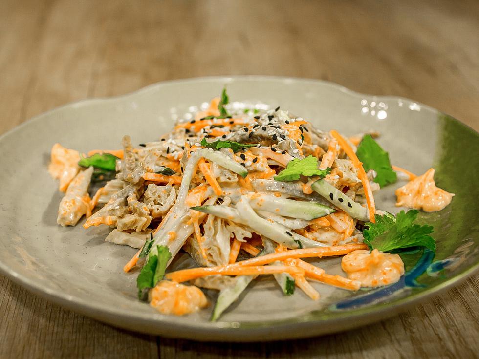 Салат со спаржей, омлетом и спайси соусом