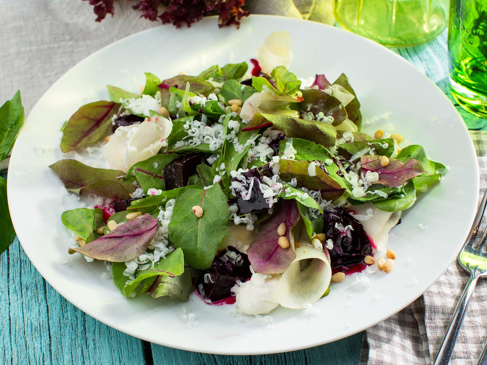 Салат со свеклой, козьим сыром и грушей