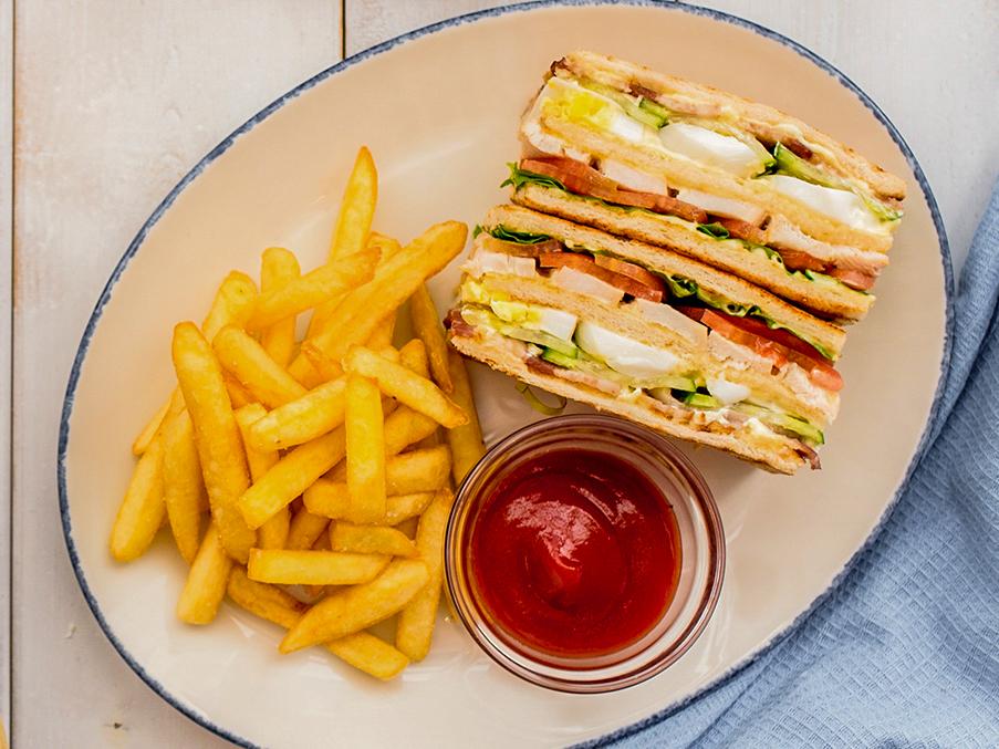 Клаб-сэндвич с беконом и курицей