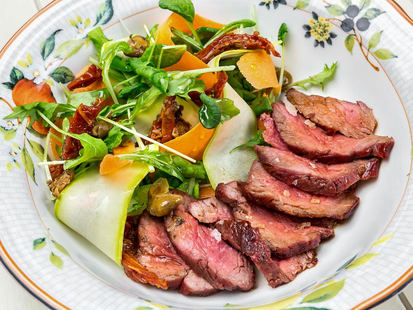 Стейк-салат с говядиной и топинамбуром
