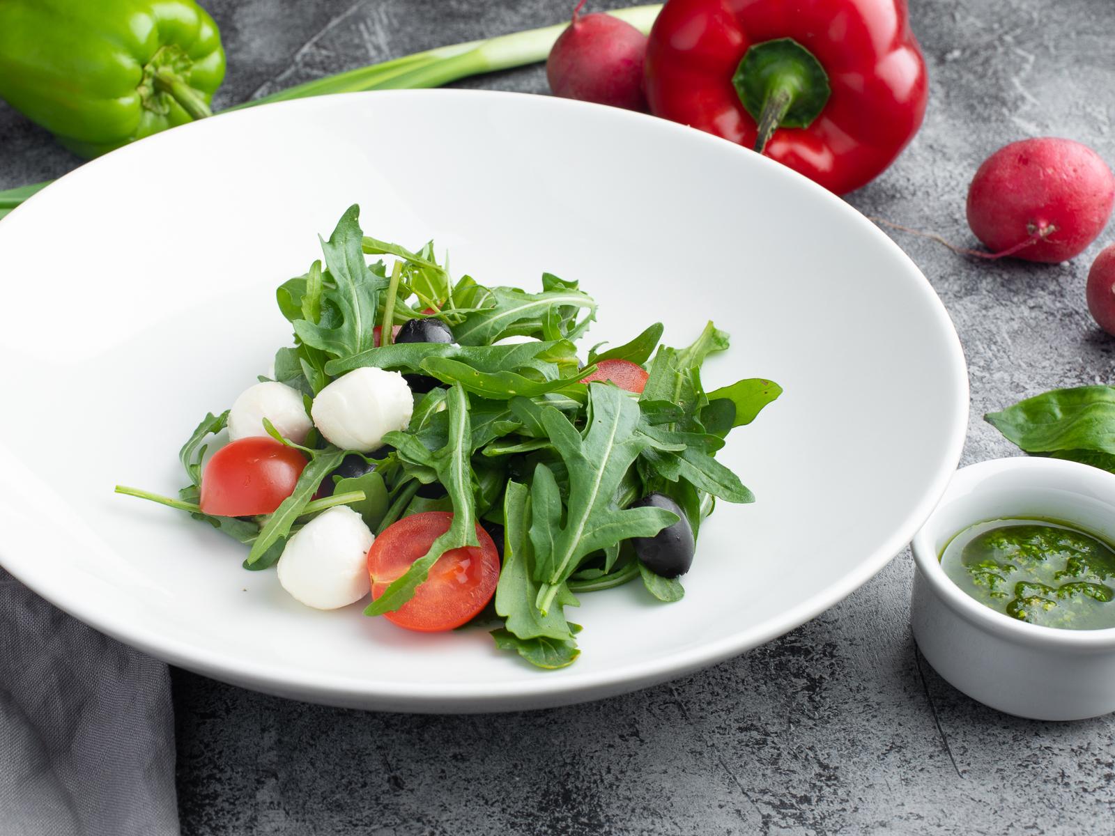 Салат руккола с моцареллой