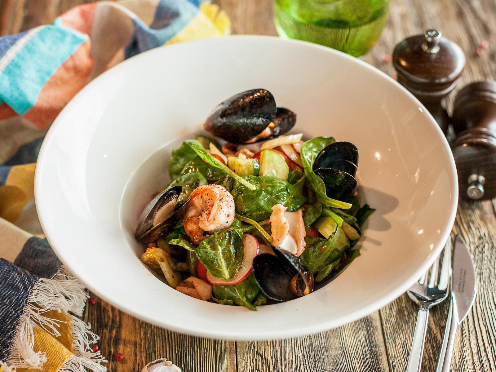 Салат теплый с морепродуктами
