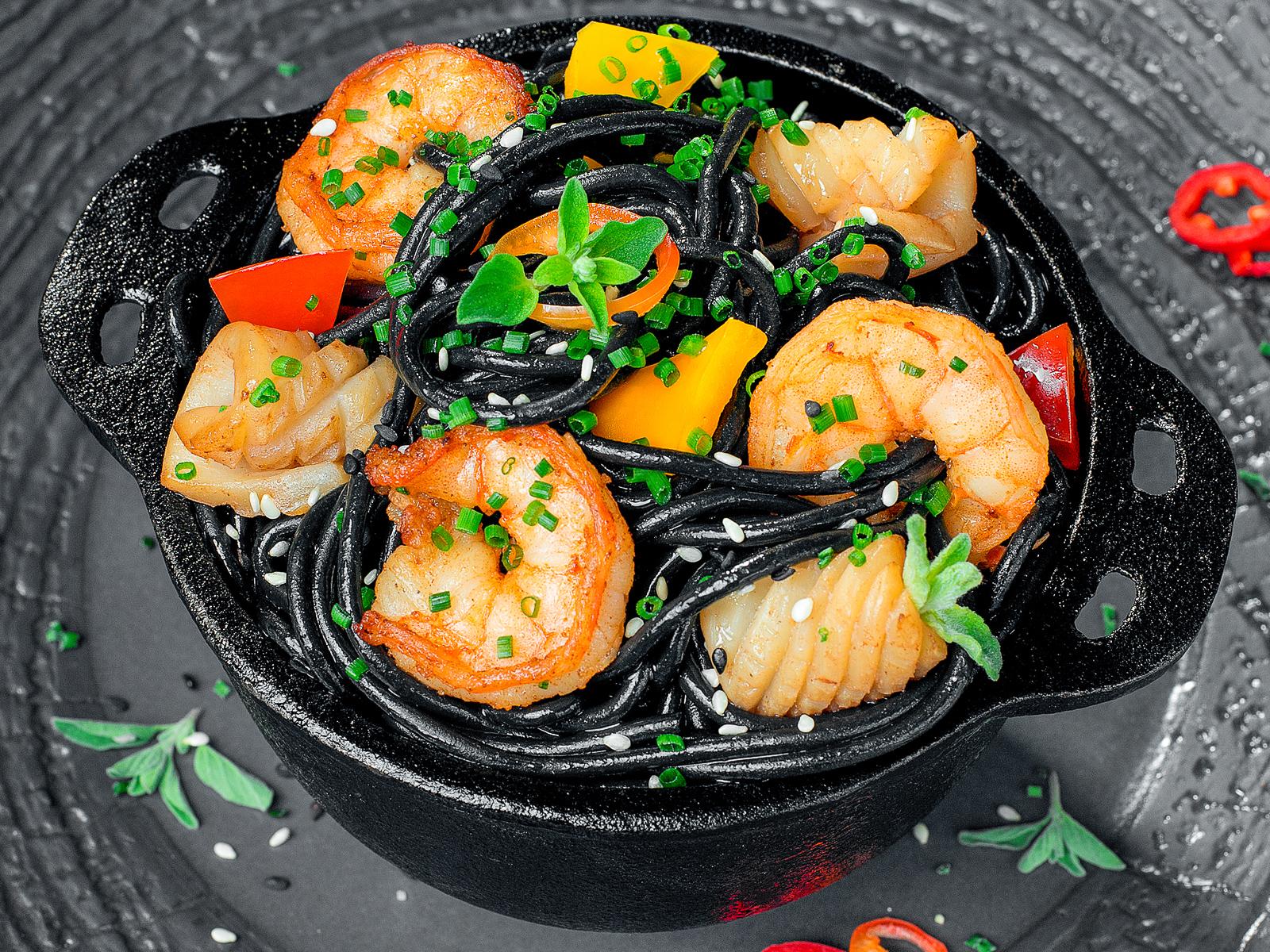 Лапша чёрная с креветками и кальмарами
