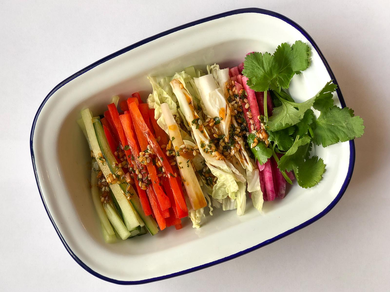 Овощной салат с пикантным соусом