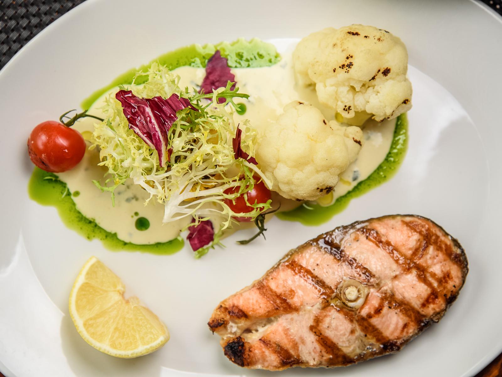 Стейк лосося с цветной капустой и соусом из базилика