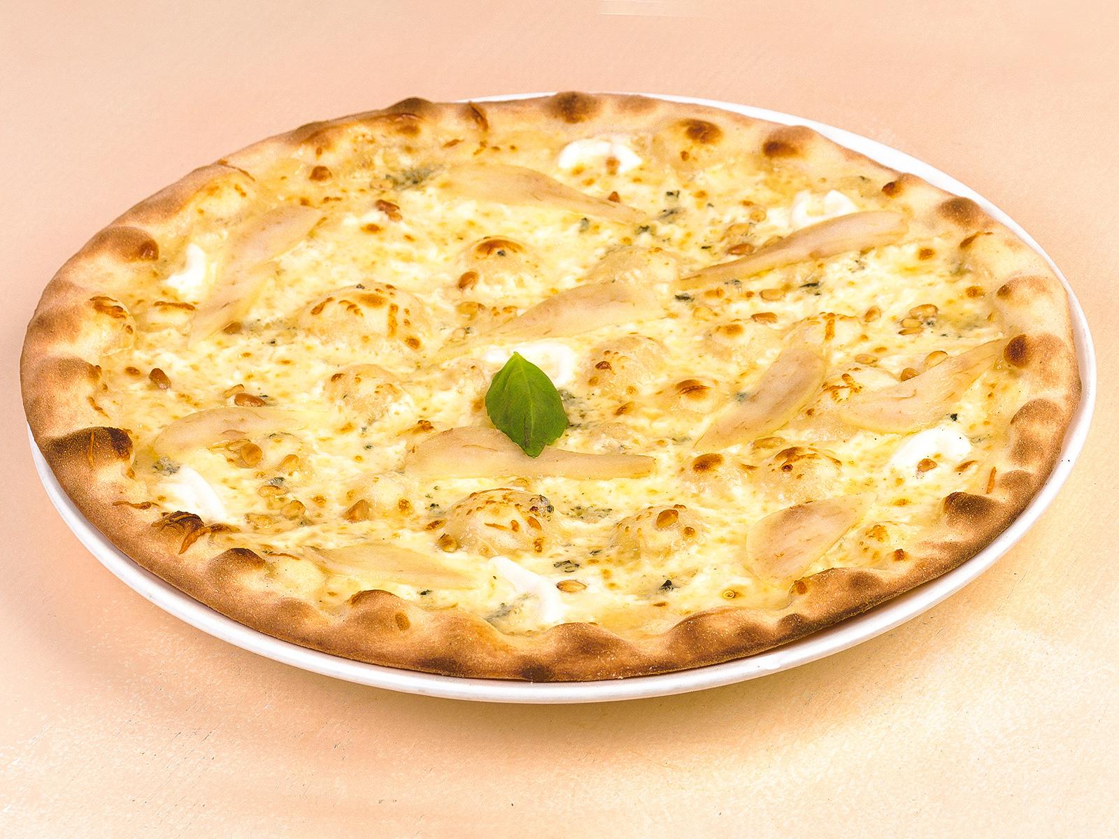 Пицца Четыре сыра с грушей, медом и орехами